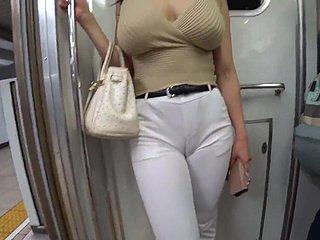 Người phụ nữ mặc đồ, người đàn ông trần truồng